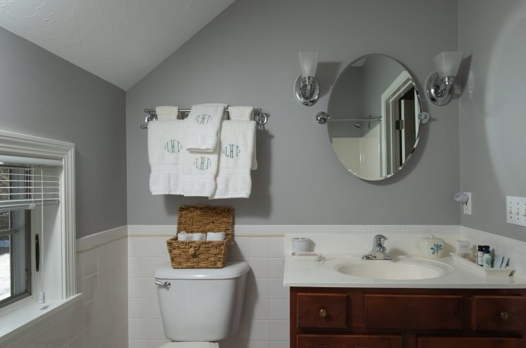 Carriage House Room Hallett bathroom